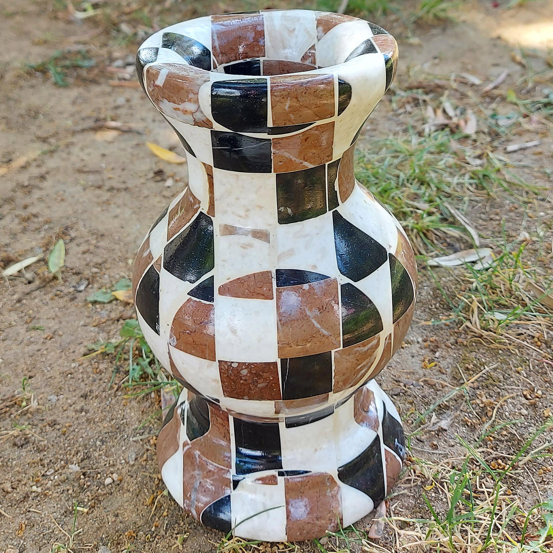 Μαρμάρινο βάζο Μανώλια στον κήπο