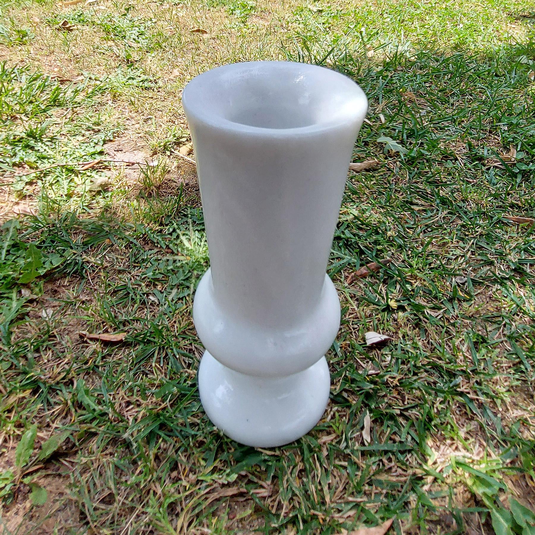 Μαρμάρινο βάζο Ανεμώνη στον κήπο